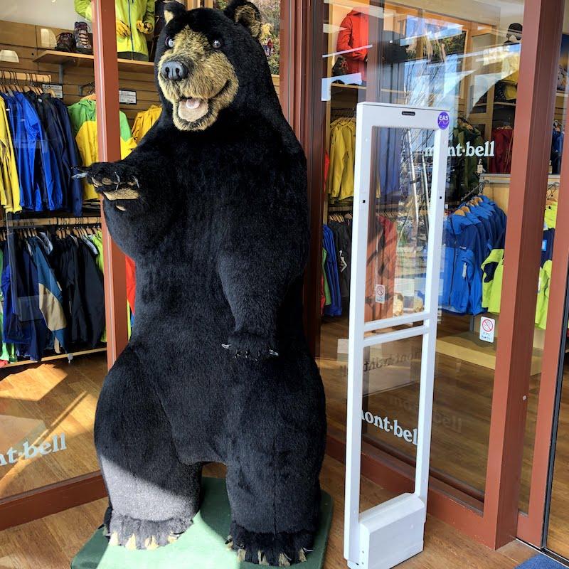 モンベルひたちなか入り口のクマ